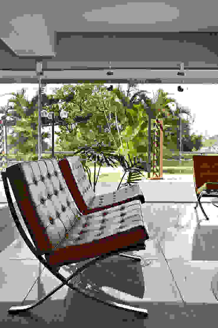 Moderner Flur, Diele & Treppenhaus von Coutinho+Vilela Modern