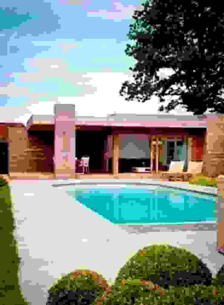 Luxe poolhouse in strak houtskelet. Moderne tuinen van Vetrabo Modern