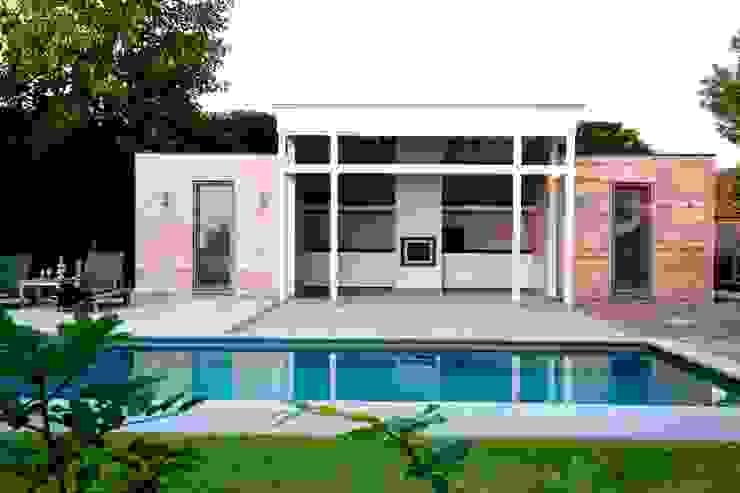 Poolhouses en eikenhouten bijgebouwen Moderne zwembaden van Vetrabo Modern