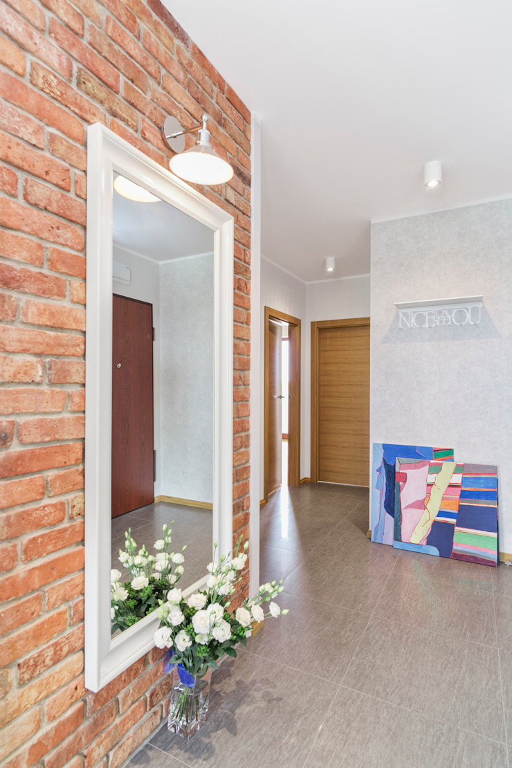 MIESZKANIE 74 M2 Minimalistyczny korytarz, przedpokój i schody od KRAMKOWSKA|PRACOWNIA WNĘTRZ Minimalistyczny