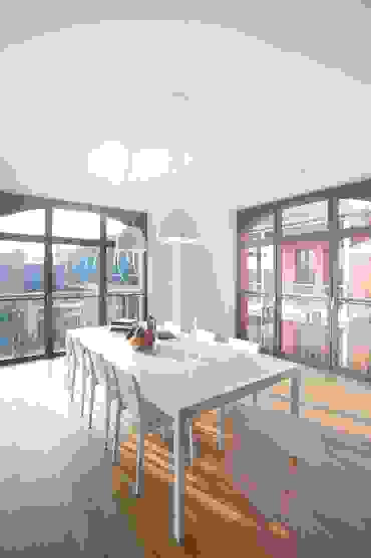 Minimalist dining room by atoato Minimalist