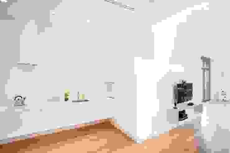 Minimalist kitchen by atoato Minimalist