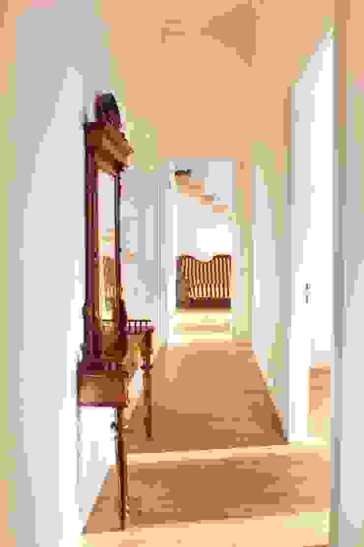Minimalist corridor, hallway & stairs by atoato Minimalist