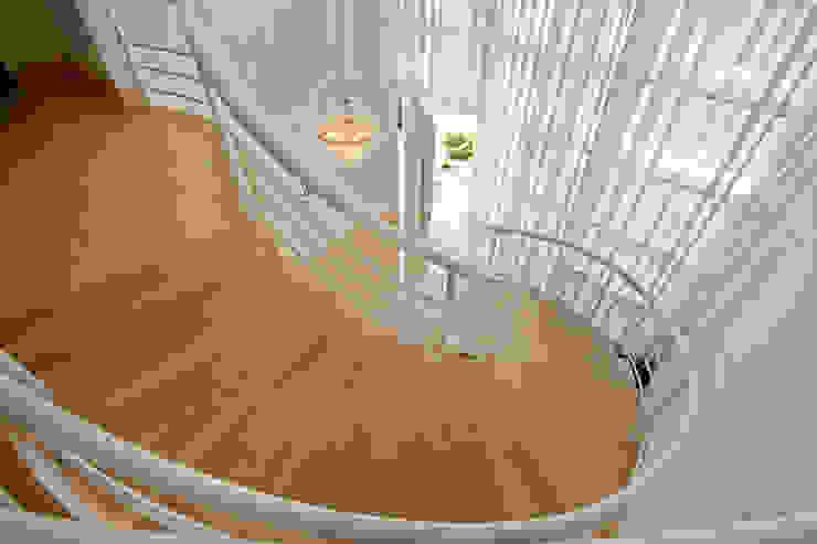 Arquiteto Aquiles Nícolas Kílaris Moderner Flur, Diele & Treppenhaus