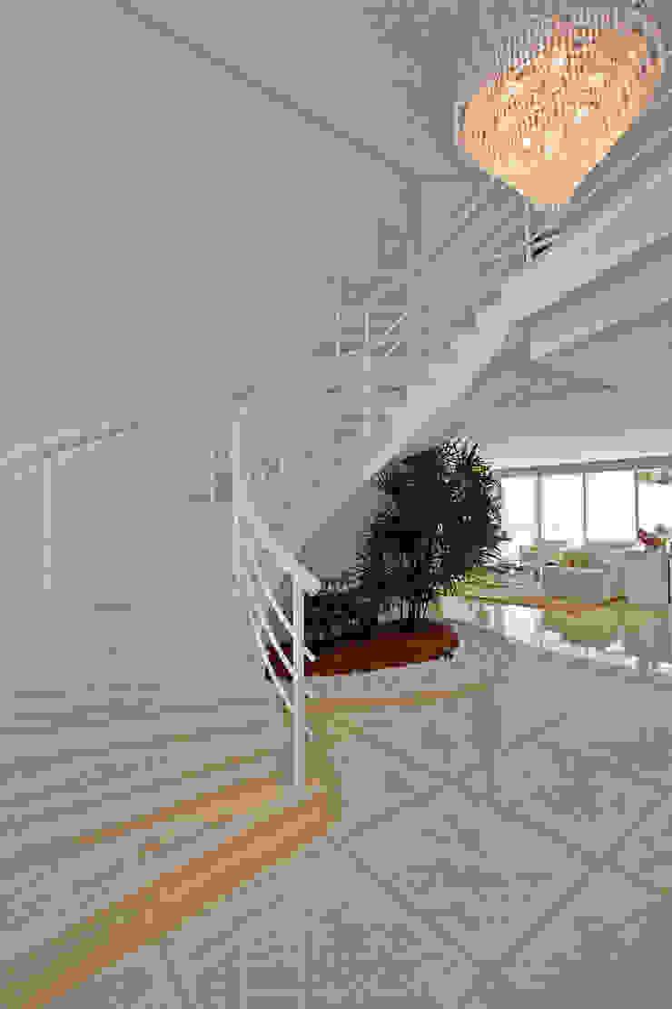 Casa Piracicaba Corredores, halls e escadas modernos por Arquiteto Aquiles Nícolas Kílaris Moderno