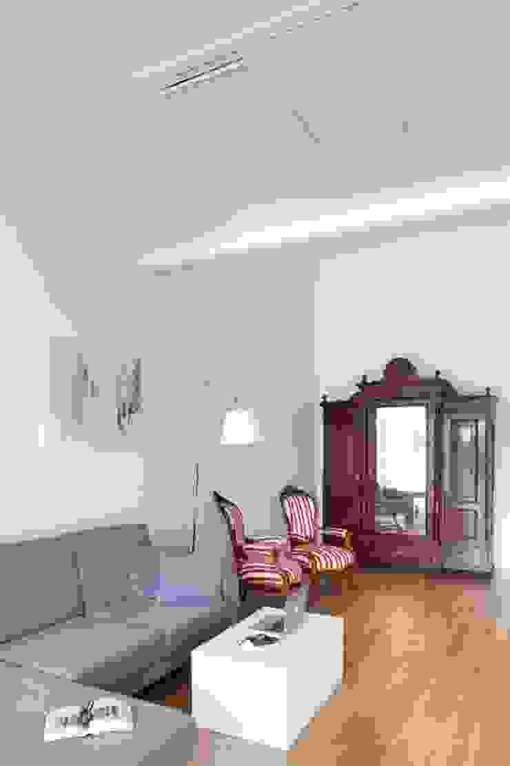 Ruang Keluarga Minimalis Oleh atoato Minimalis