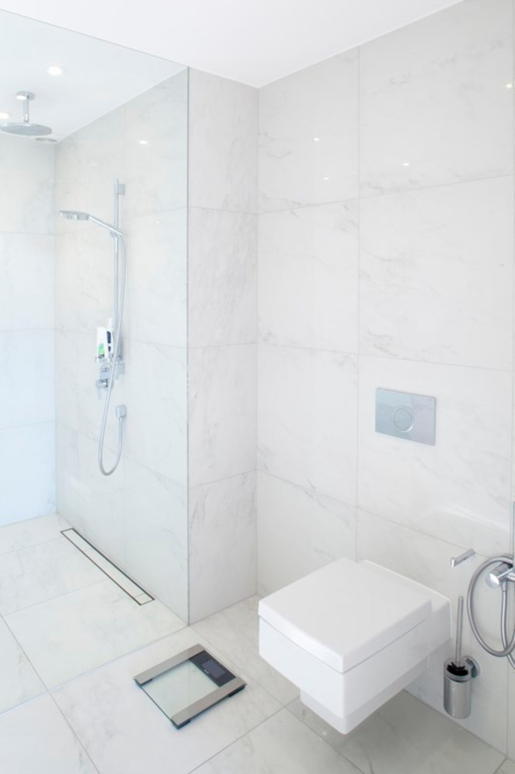 Modern bathroom by atoato Modern