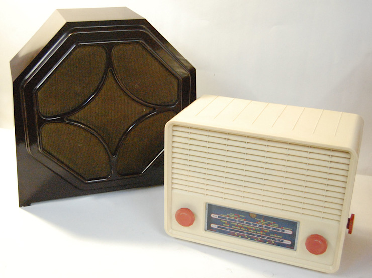 Vintage Bakelite Amplified Speaker, converted for MP3 & Cream Bakelite Pye Cambridge Valve Radio Comedores de estilo ecléctico de Retro Bazaar Ltd Ecléctico