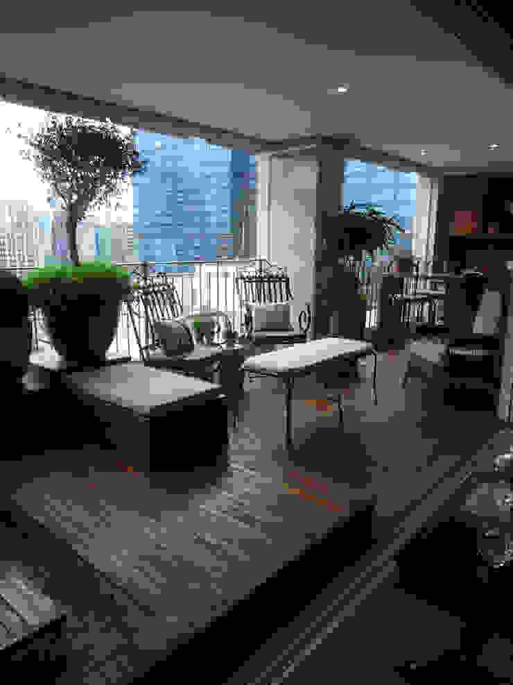 VARANDA.ITAIM.SÃO PAULO.BRASIL Varandas, alpendres e terraços ecléticos por Línea Paisagismo.Claudia Muñoz Eclético