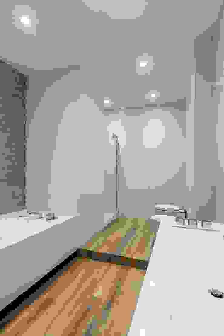 Свет и воздух Ванная комната в стиле минимализм от Анна и Станислав Макеевы Минимализм