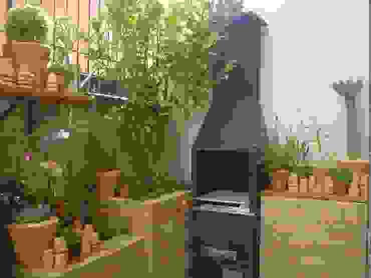 Jardines de estilo moderno de Línea Paisagismo.Claudia Muñoz Moderno