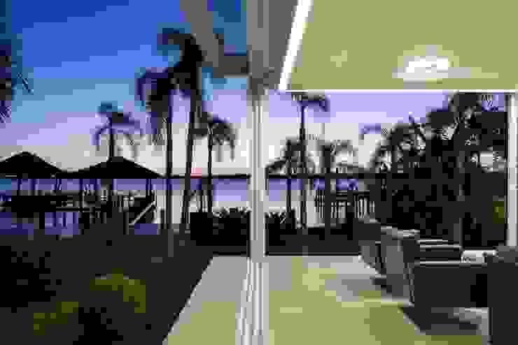 現代房屋設計點子、靈感 & 圖片 根據 Kali Arquitetura 現代風