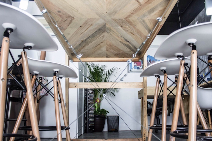 mesa para planos:  de estilo tropical por INTERIORISMORECICLADO, Tropical