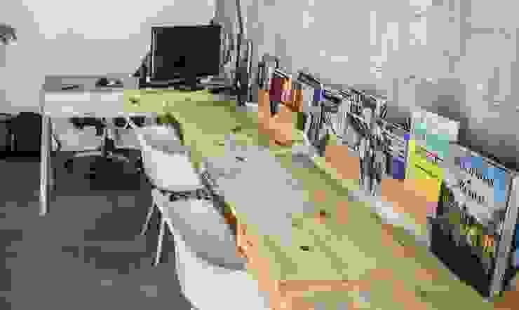 escritorios individuales :  de estilo tropical por INTERIORISMORECICLADO, Tropical