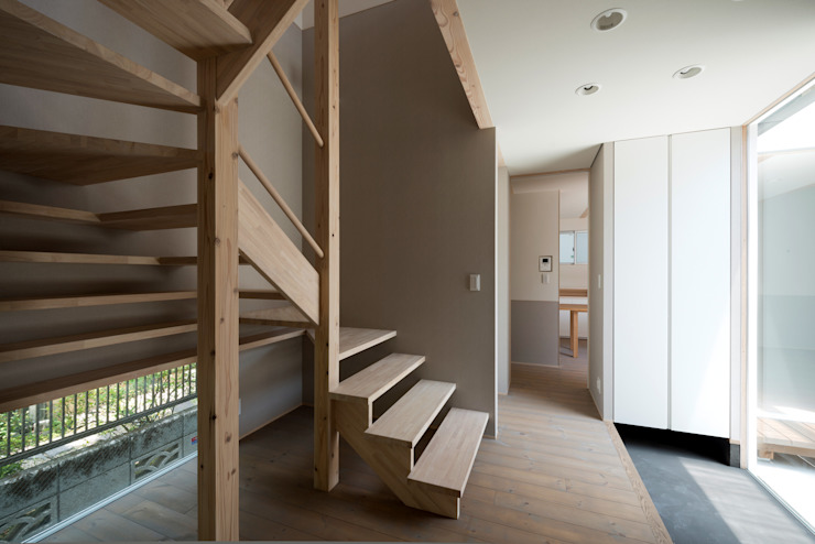 DOG COURTYARD HOUSE 充総合計画 一級建築士事務所 モダンスタイルの 玄関&廊下&階段