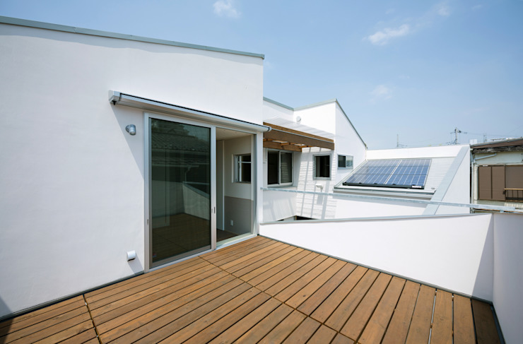 DOG COURTYARD HOUSE 充総合計画 一級建築士事務所 モダンデザインの テラス