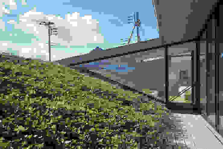 屋上緑化 モダンな庭 の プライム建築都市研究所 モダン