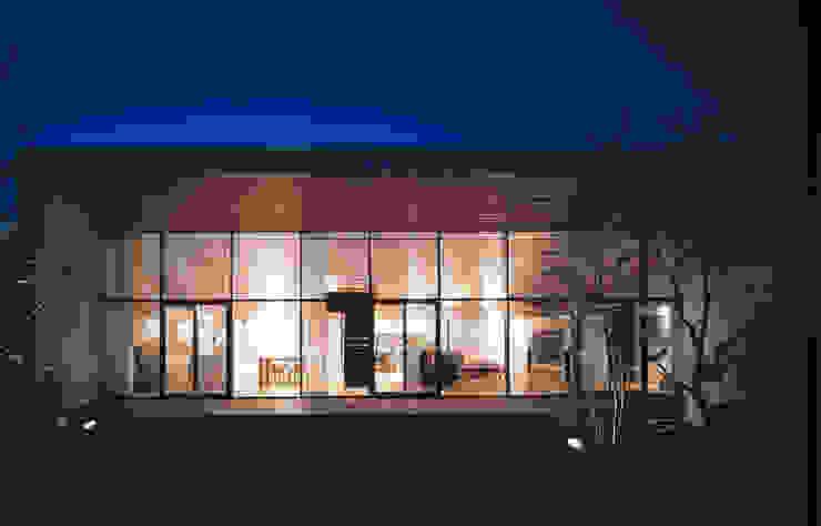 外観 夜景 モダンな 家 の プライム建築都市研究所 モダン