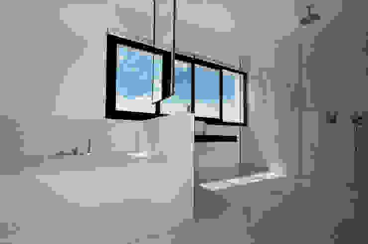 現代浴室設計點子、靈感&圖片 根據 Ivan Torres Architects 現代風