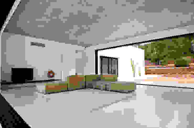 现代客厅設計點子、靈感 & 圖片 根據 Ivan Torres Architects 現代風