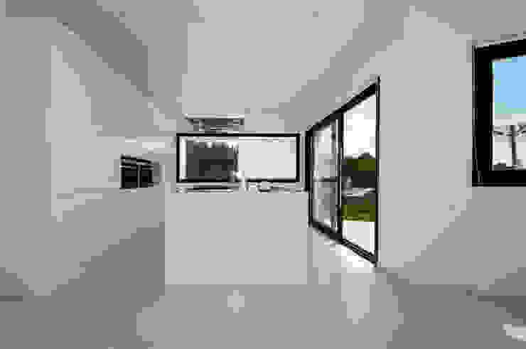 Minimalistische Küchen von Ivan Torres Architects Minimalistisch