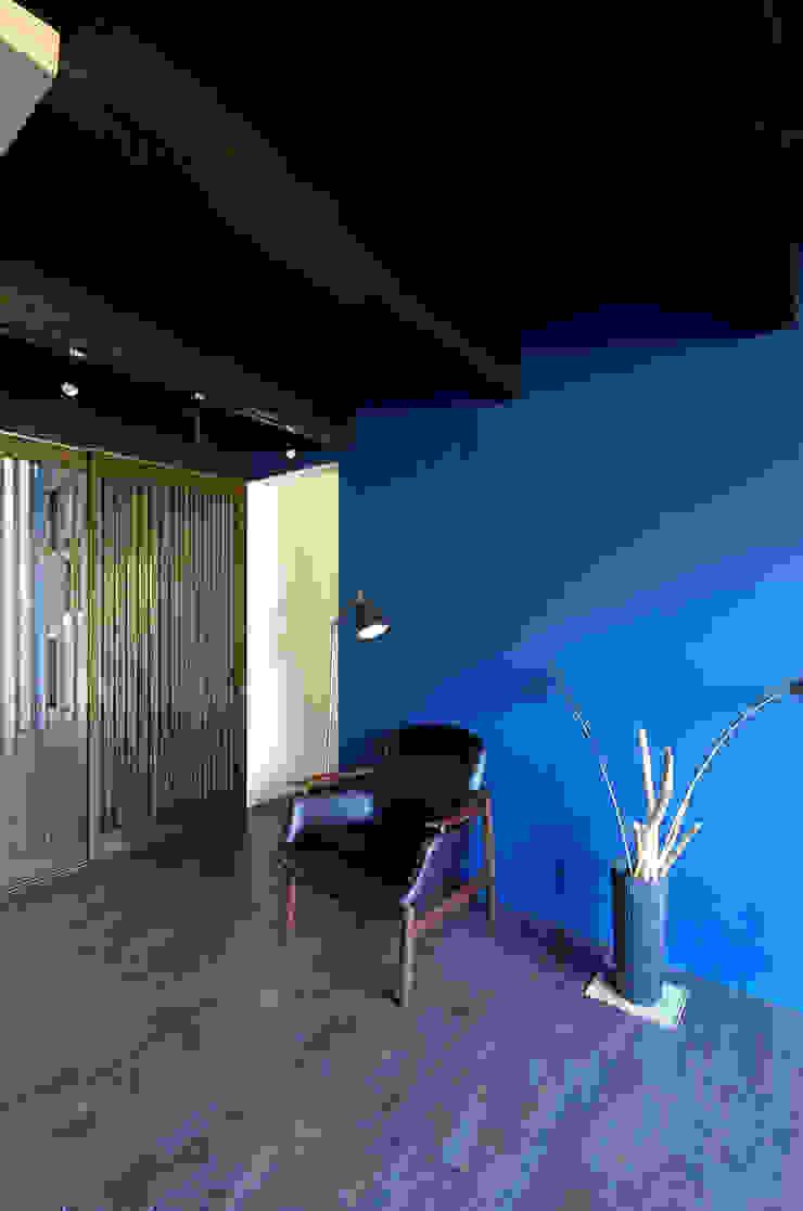 一級建築士事務所アールタイプ Paredes y suelos de estilo moderno