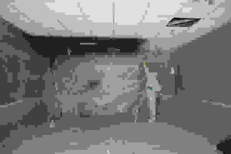 Verven systeemplafond d.m.v. airless latex spuiten: modern  door WandenPlafondSpuiten.nl | latex spuiten | spack spuiten | stucwerk, Modern