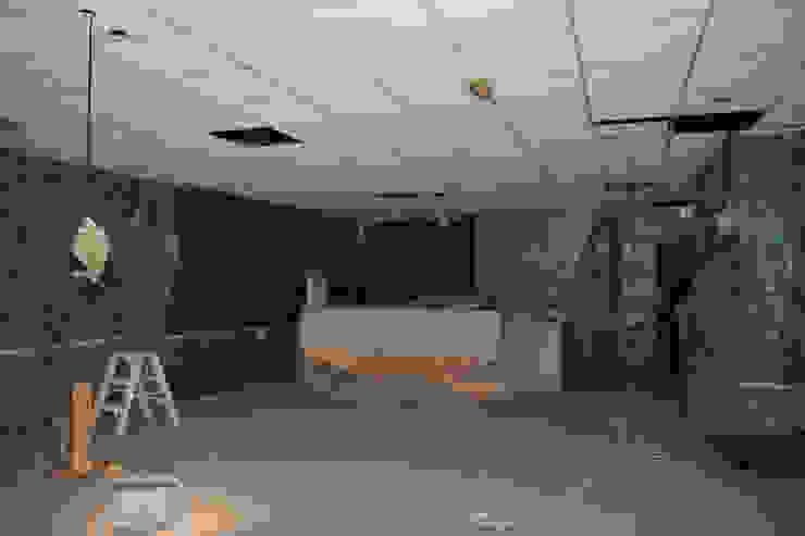 Schilderen systeemplafond d.m.v. airless latex spuiten: modern  door WandenPlafondSpuiten.nl | latex spuiten | spack spuiten | stucwerk, Modern