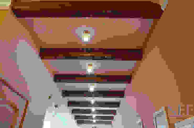 Квартира в классическом стиле с примесью кантри Коридор, прихожая и лестница в классическом стиле от Юлия Паршихина Классический