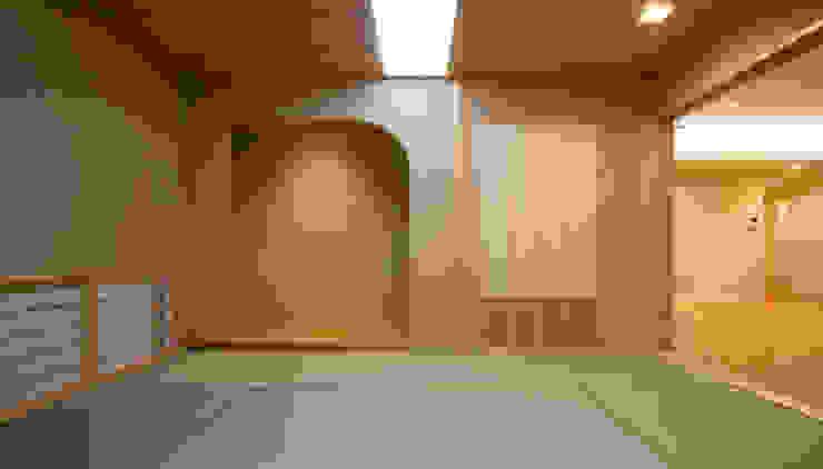 Salas / recibidores de estilo  por 吉田設計+アトリエアジュール, Moderno