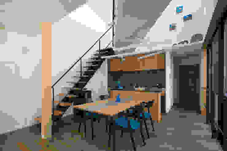 ダイニング、キッチン: アトリエ・ブリコラージュ一級建築士事務所が手掛けた現代のです。,モダン