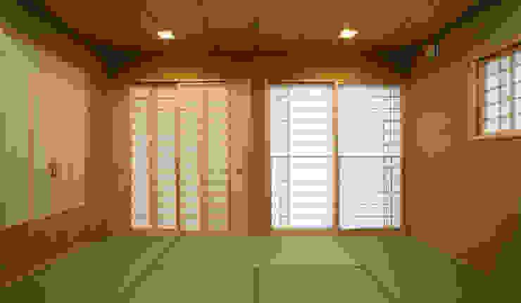 和室 (客間・寝室・小宴会) モダンデザインの リビング の 吉田設計+アトリエアジュール モダン