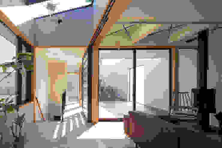 Pasillos, vestíbulos y escaleras de estilo moderno de アトリエ・ブリコラージュ一級建築士事務所 Moderno