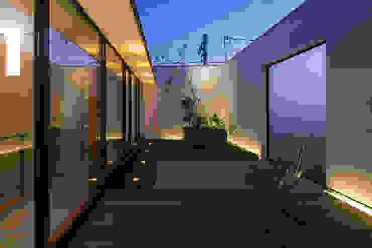 テラス: アトリエ・ブリコラージュ一級建築士事務所が手掛けた庭です。