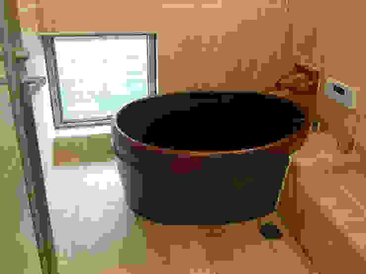 浴室 陶器製風呂の浴槽 モダンスタイルの お風呂 の 吉田設計+アトリエアジュール モダン