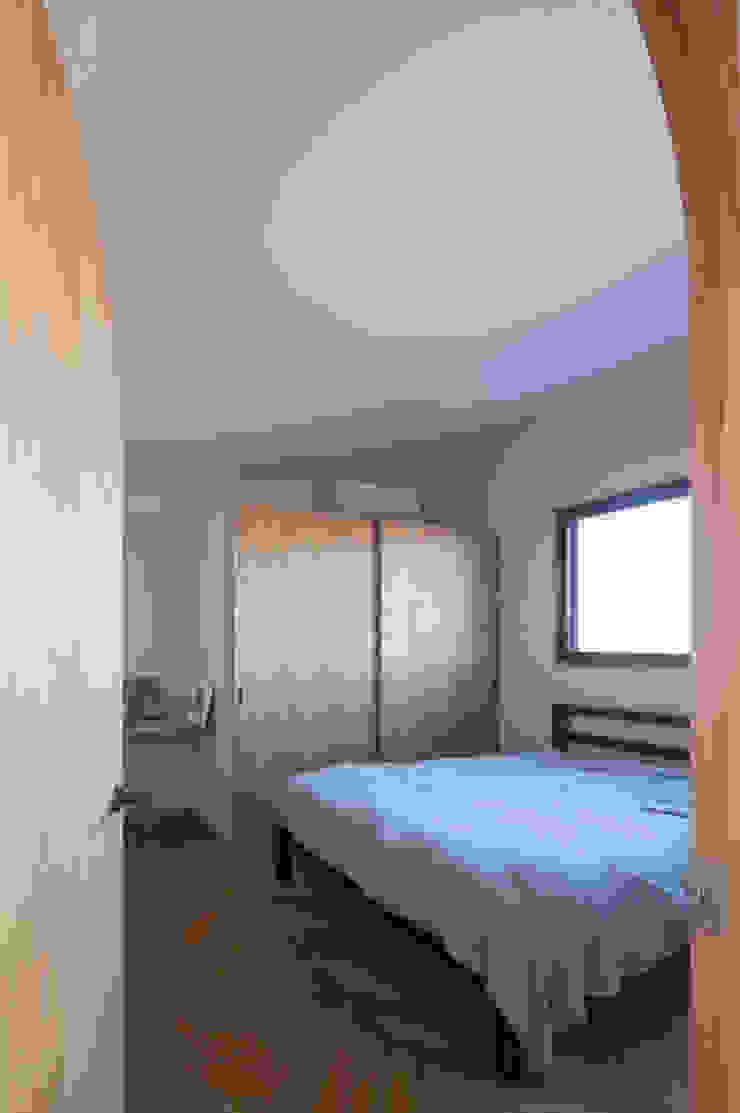 寝室 モダンスタイルの寝室 の アトリエ・ブリコラージュ一級建築士事務所 モダン