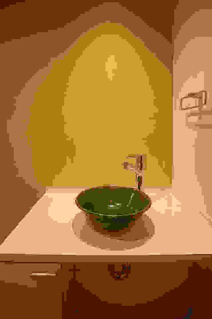 洗面コーナー (陶製 洗面器) モダンスタイルの お風呂 の 吉田設計+アトリエアジュール モダン