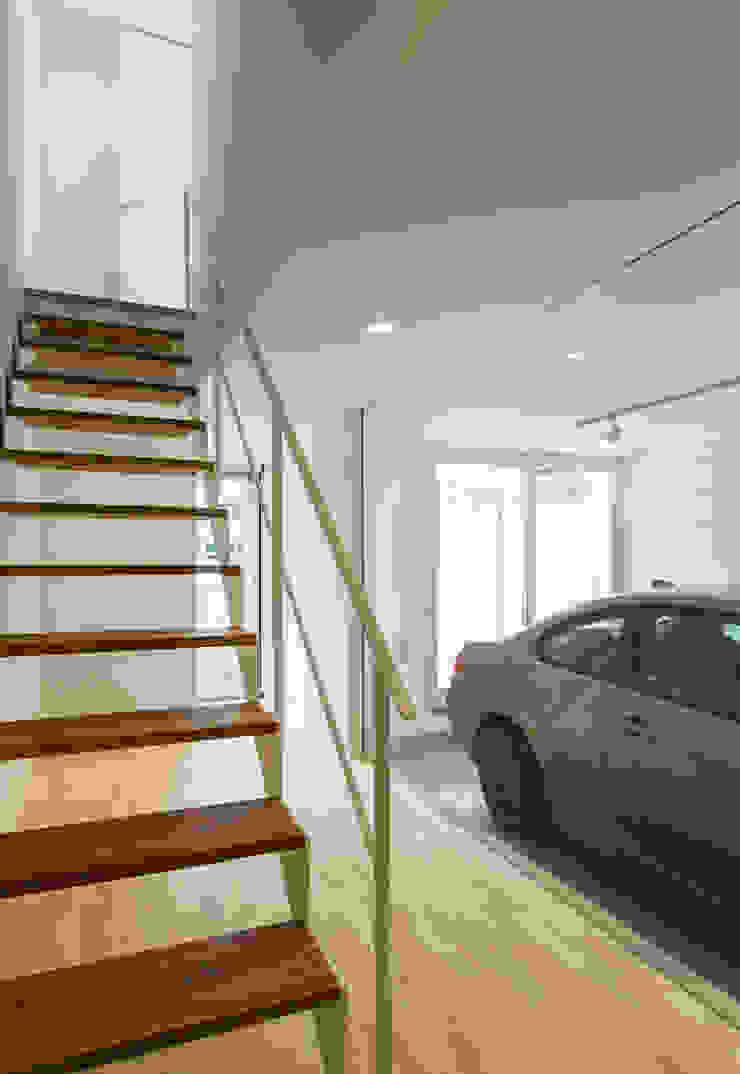 1階玄関と階段: 田中幸実建築アトリエが手掛けた現代のです。,モダン