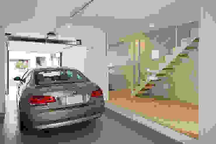ガレージ越しに玄関と階段を見る。: 田中幸実建築アトリエが手掛けた現代のです。,モダン