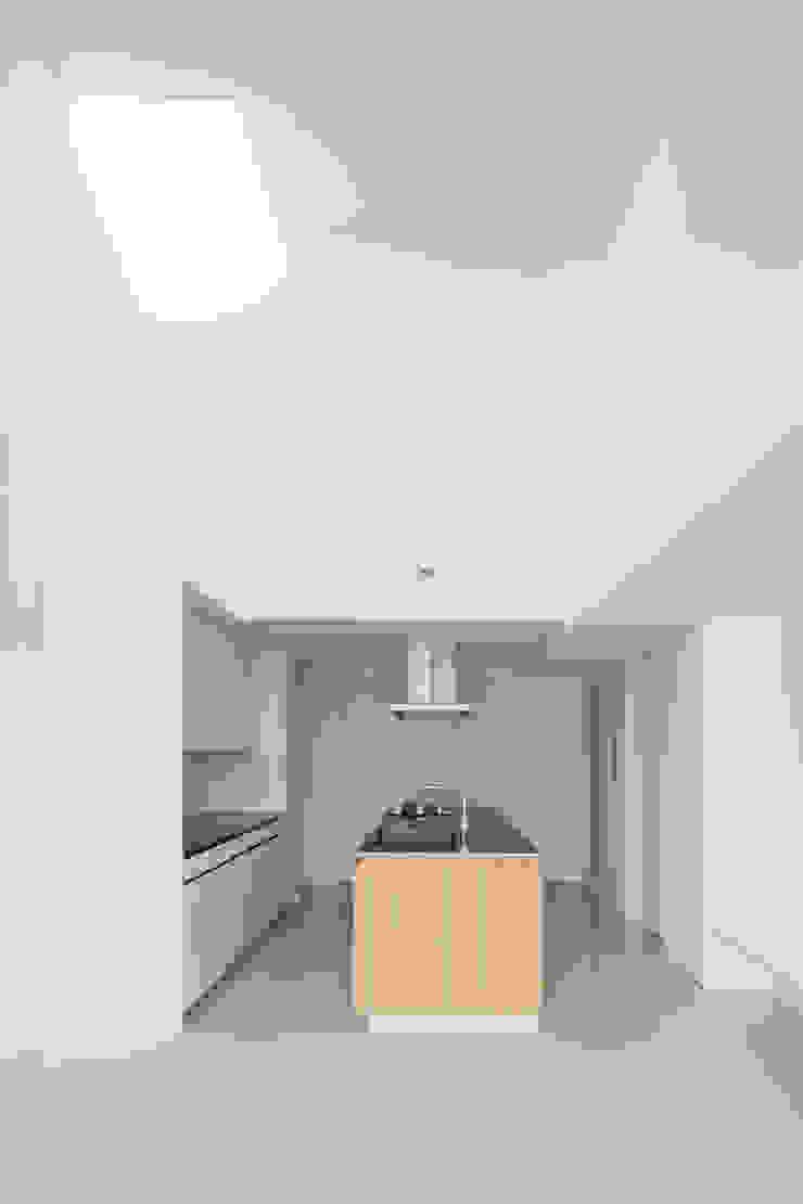 キッチン上の吹き抜け: 田中幸実建築アトリエが手掛けた現代のです。,モダン