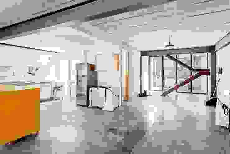 Residência Laura Salas de estar modernas por ARKITITO Moderno