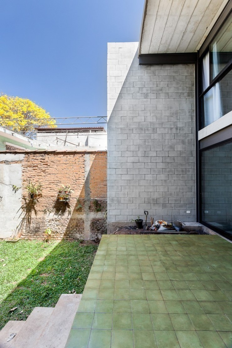 Residência Laura Casas modernas por ARKITITO Moderno