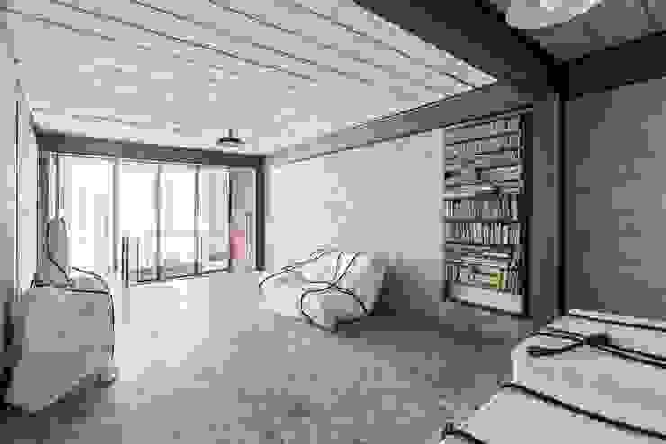 Residência Laura Salas de estar minimalistas por ARKITITO Minimalista