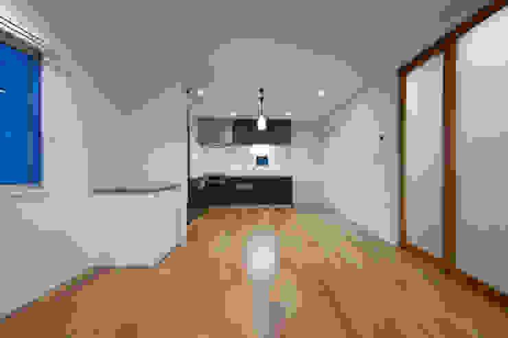 リビングダイニングキッチン モダンデザインの リビング の uedA一級建築士事務所 モダン