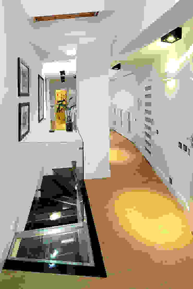 korytarz Nowoczesny korytarz, przedpokój i schody od RED design Nowoczesny