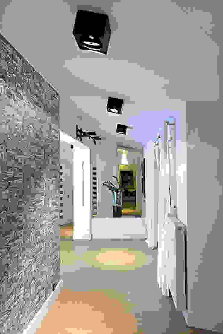 tapeta w korytarzu Nowoczesny korytarz, przedpokój i schody od RED design Nowoczesny