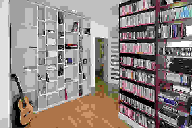 Mieszkanie w męskim wydaniu Nowoczesne domowe biuro i gabinet od RED design Nowoczesny