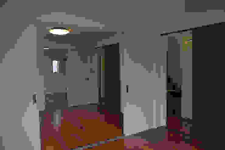 居室群 モダンスタイルの寝室 の uedA一級建築士事務所 モダン