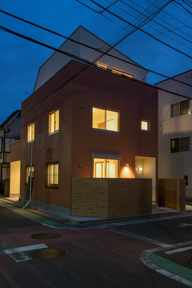 夕景 モダンな 家 の uedA一級建築士事務所 モダン