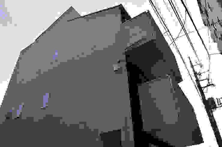東面見上げ モダンな 家 の uedA一級建築士事務所 モダン